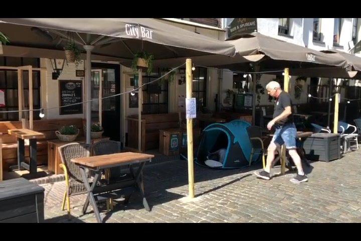 Yes!!! De terrassen zijn open!! Onze Wim Van Aperlo lag vannacht al veur de deure van de